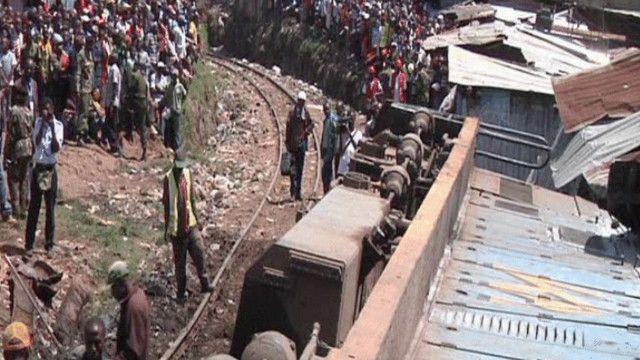 القطار انحرف عن سكته واصطدم ببيوت من صفيح