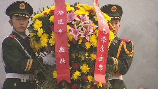 جنديان صينيان يحملان باقة ورد