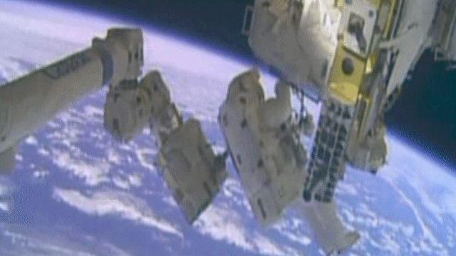 رائد فضاء يصلح نظام التبريد في المحطة الفضائية الدولية