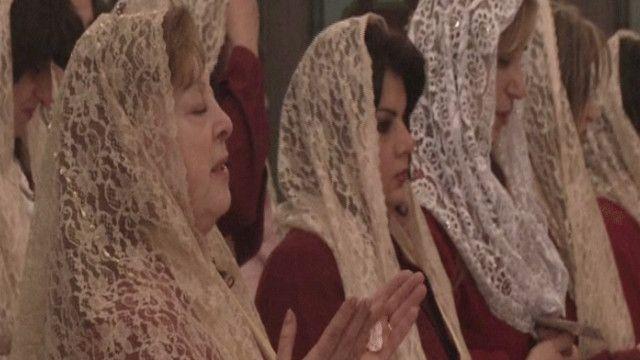 مسيحيات من الأردن يقمن الصلاة في عيد الميلاد