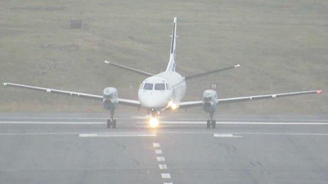 طائرة تقلع بشكل جانبي بسبب شدة الرياح في اسكتلندا