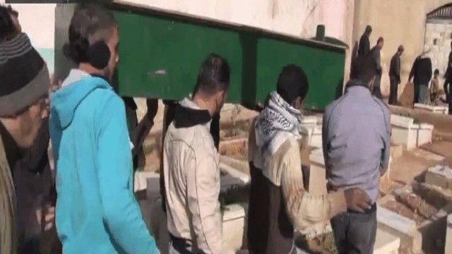 جنازة أحد الفلسطينيين في مخيم اليرموك بدمشق