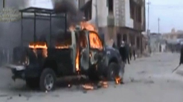 سيارة للجيش العراقي تحترق بالأنبار