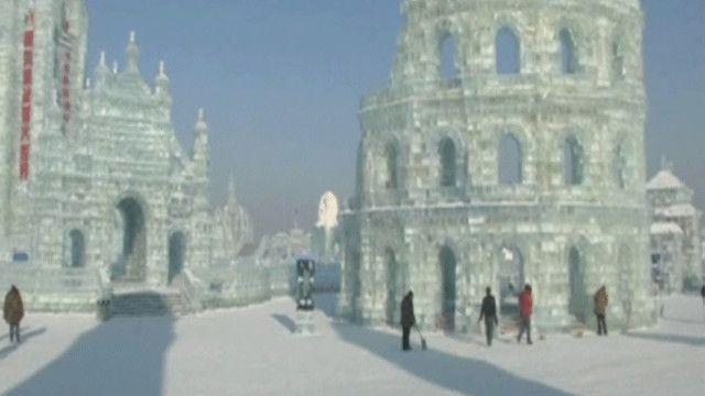 نحت على الجليد لبرج بيزا الإيطالي