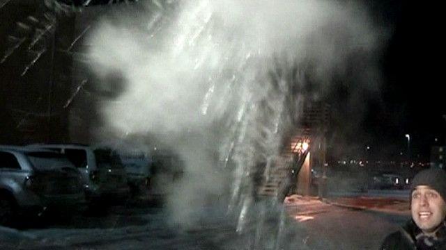 Repórter brinca com água fervendo em Chicago. Foto: ABC News