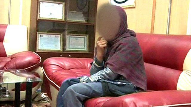 Niña afgana detenida por la policía con un chaleco bomba