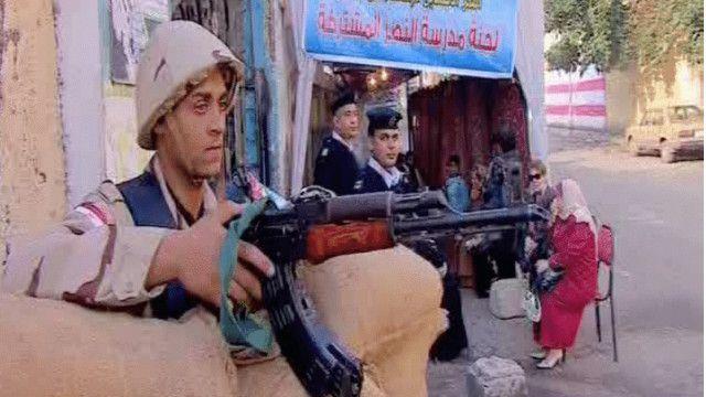قوات من الجيش تحرس مركزا للاقتراع بالقاهرة