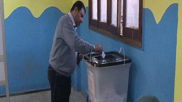 مواطن مصري يدلي بصوته