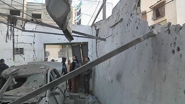 اثار الدمار جراء القصف على كراج في قطاع غزة