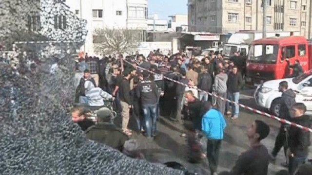 سكان من مدينة غزة الي جانب موقع القصف الاسرائيلي