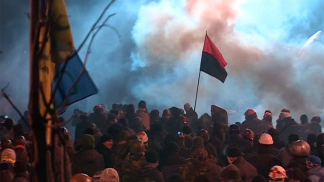 Флагe украинских националистов на месте столкновений со спецназом