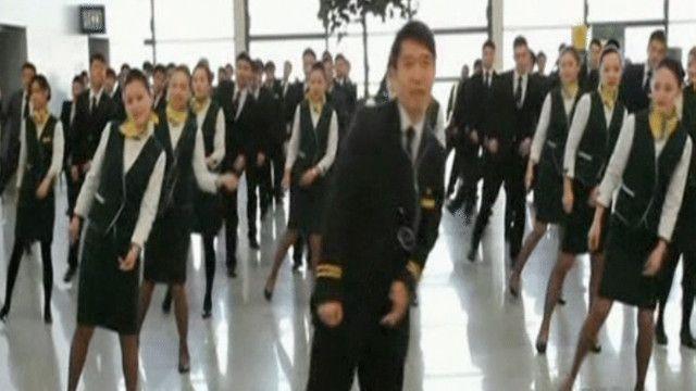 رقصة مفاجئة في مطار شنغهاي