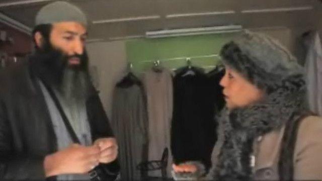 عبد السلام يستمع لامرأة في قضية أسرية