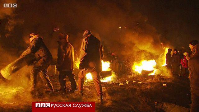 Протестующие возводят баррикаду в Киеве