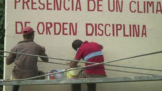 Operários pintam muro antes de início da Celac | Crédito: Luis Kawaguti/BBC Brasil