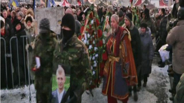 متظاهرون أوكرانيون يشيعون أحد القتلى