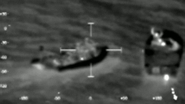 Barco com cocaína abordado. Foto: Reuters/ reprodução de vídeo