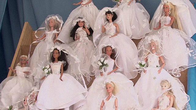 Bonecas de noiva da feira Alasita, em La Paz, na Bolívia (BBC)