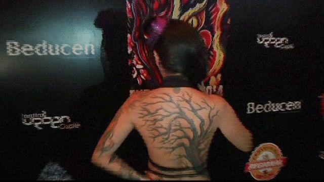 صورة لفتاة تظهر وشم على ظهرها
