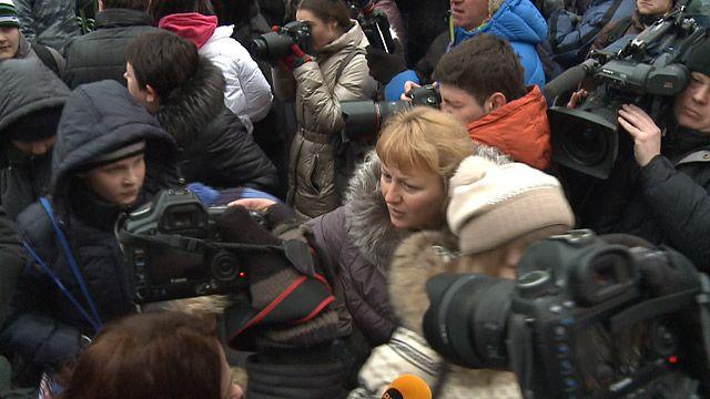 Родители встречают у ворот школы 263 ее учеников