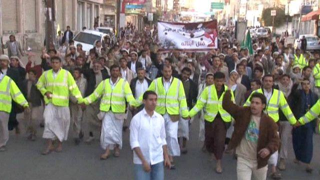 الحوثيون يتظاهرون في صنعاء مطالبين باستقالة الحكومة
