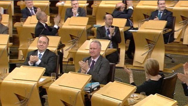 برلمانيون يصفقون بعد المصادقة على المشروع