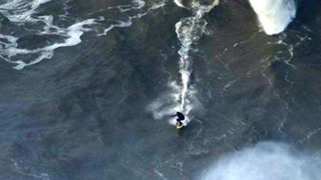 بريطاني ينجح في ركوب موجة بارتفاع 25 مترا