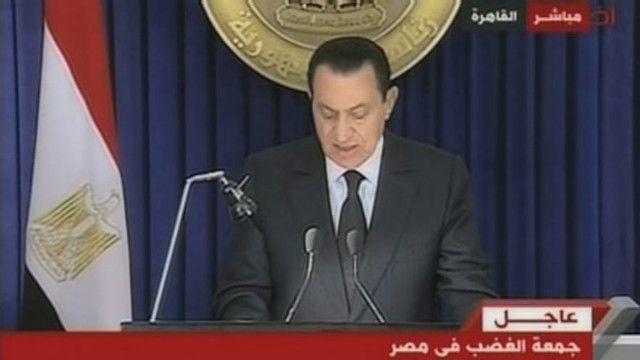 مبارك أعلن في خطابه إقالة الحكومة