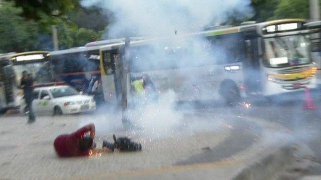 Cinegrafista da Band é ferido em protesto no Rio   Crédito: BBC