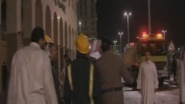 فريق الإطفاء أمام الفندق حيث اندلع الحريق