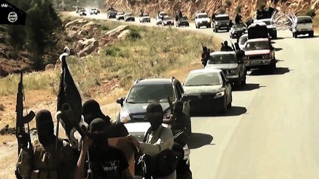 سيارات تقل مسلحون يتجهون الي سوريا