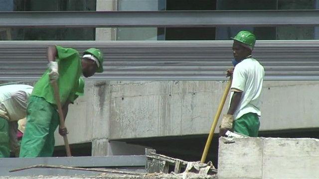 Operários trabalham na Arena da Baixada, em Curitiba | Crédito: Luis Kawaguti/BBC Brasil