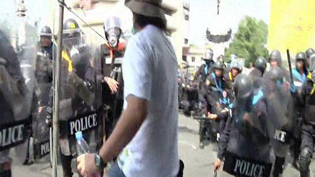 الشرطة التايلاندية أثناء محاولة فض الاحتجاجات