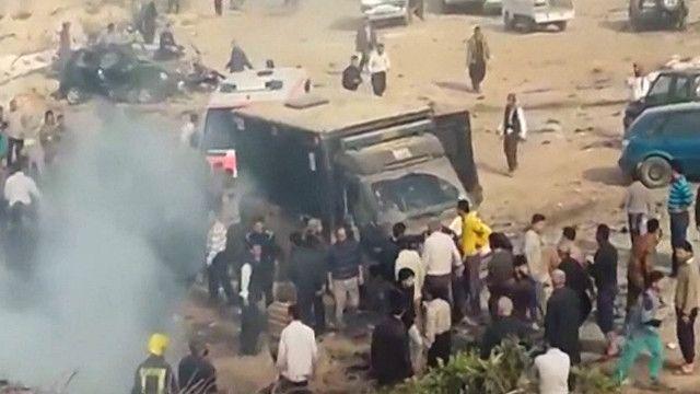 اثار انفجار سيارة مفخخة قرب مستشفى ميداني في مدينة أطمة