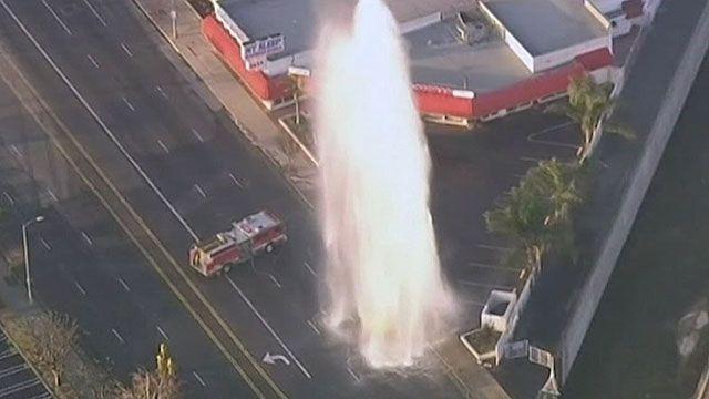 Jato de água de hidrante parecia gêiser e inundou ruas de Los Angeles (BBC)