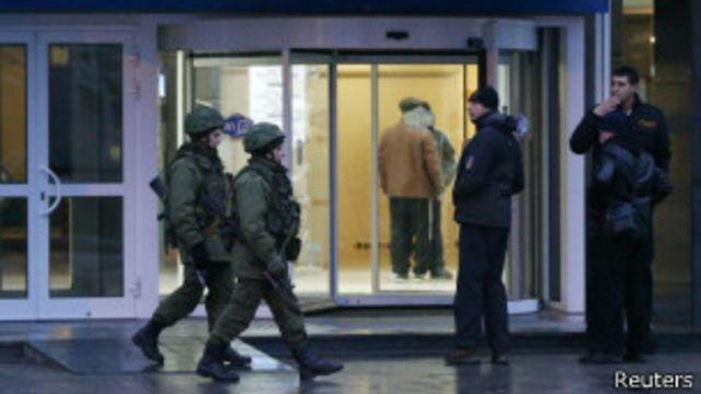 Hombres armados toman aeropuertos en Crimea