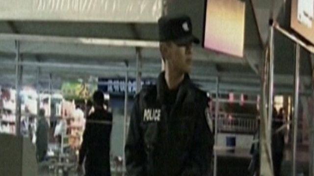 شرطي صيني في موقع الهجوم