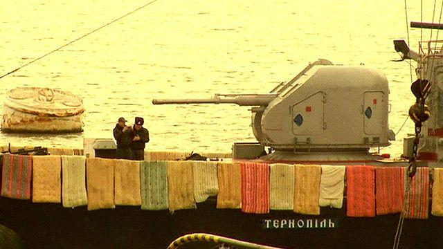 Украинский корабль готовится к отражению попыток абордажа с помощью...матрасов