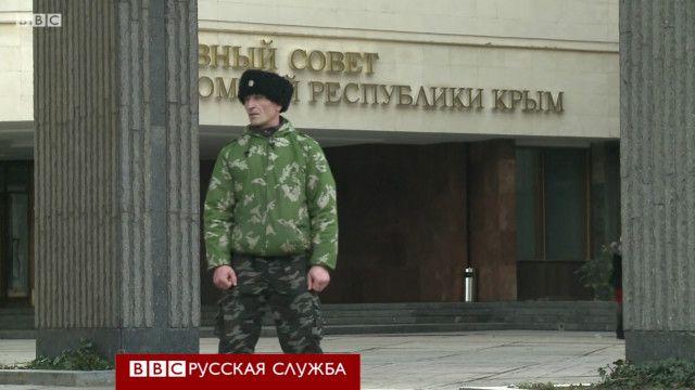 Казак около здания Верховного Совета Крыма