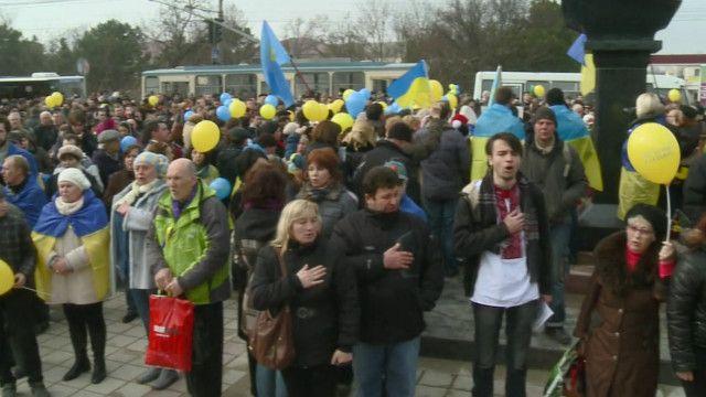 Участники проукраинского митинга в Симферополе