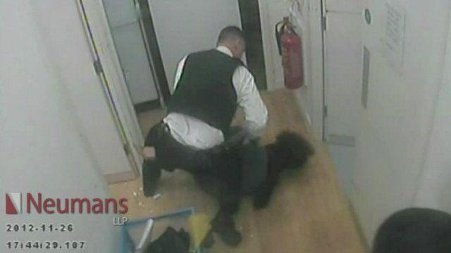 Policial agride suspeita de furto | Crédito: BBC