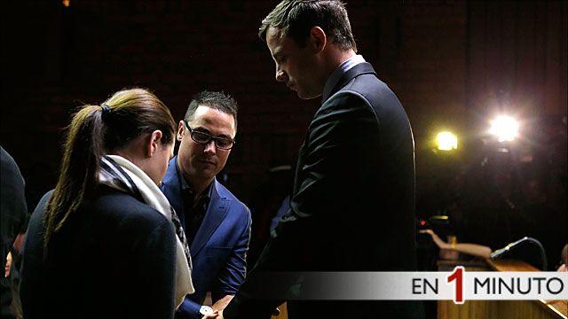 Pistorious reza con sus hermanos durante el juicio