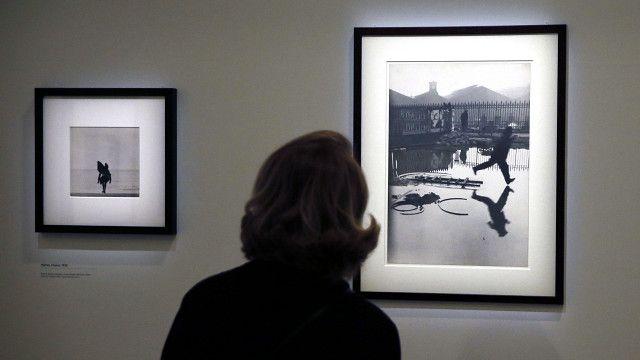 Mujer mira foto de Cartier-Bresson