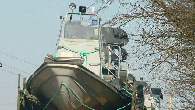 Грузовики, перевозящие катера