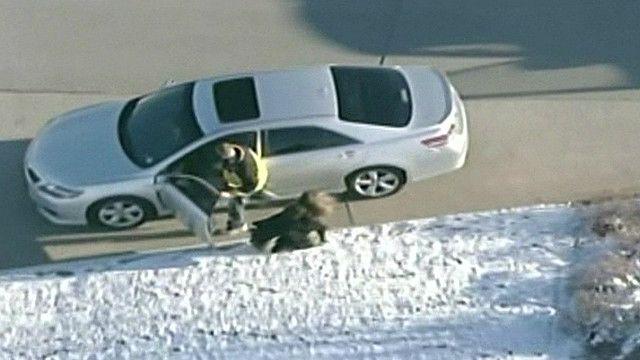 El hombre sacando a una mujer de su automóvil