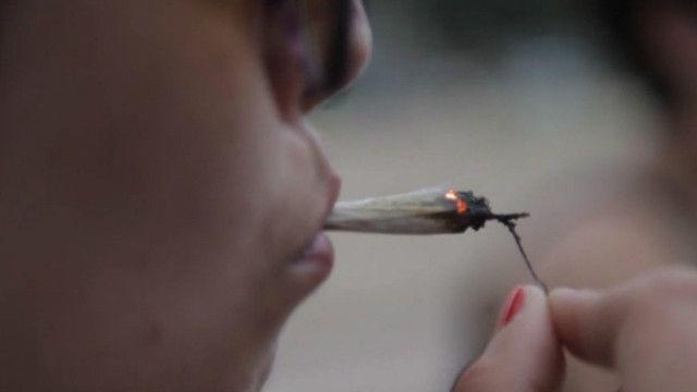 نشہ کرتا ہوا ایک شخص