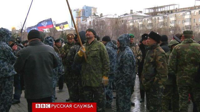 Люди, ряженые в казаков, на митинге в Донецке