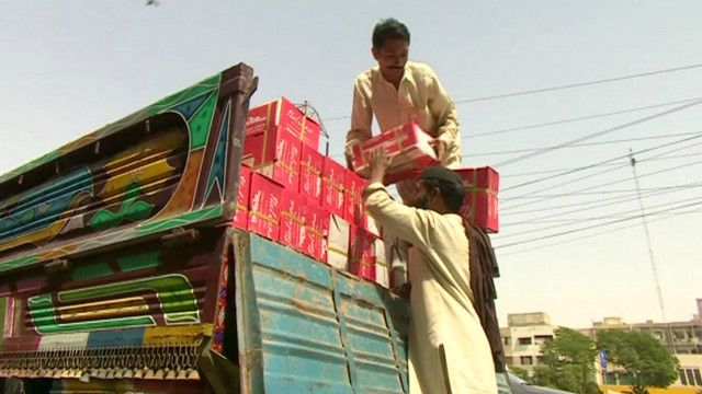 کراچی مارکیٹ میں ایک مزدور ٹرک سے سامان اتار رہا ہے