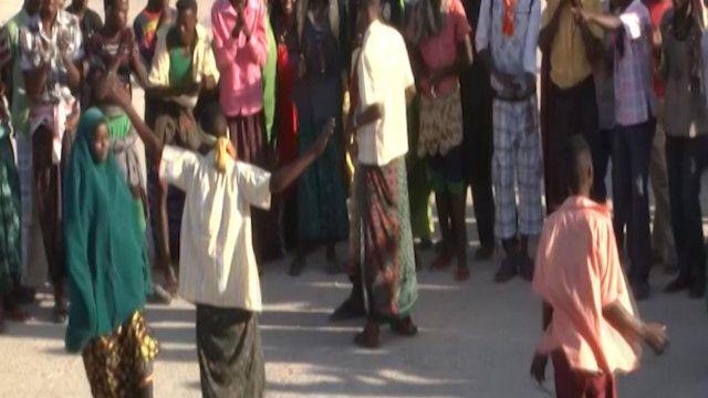 صوماليون يرقصون في احد شوارع مقديشو