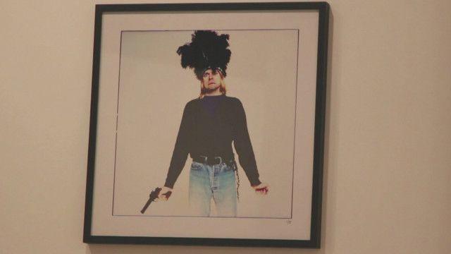 Kurt Cobain com uma arma. Foto: Youri Lenquette. Video: Alain Gales